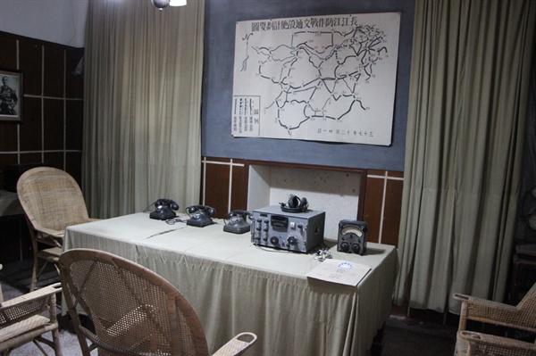 묘고대 통신실: 왼쪽 장제스 사진