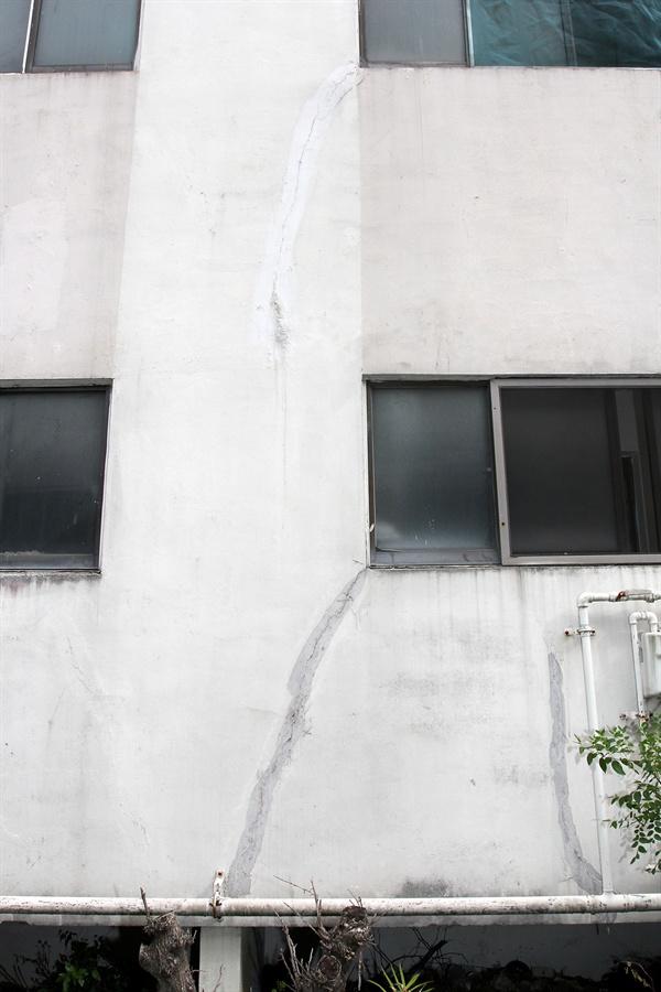 부영아파트 외벽 도색이 벗겨지고 금이간 광양 태인동 부영아파트 모습