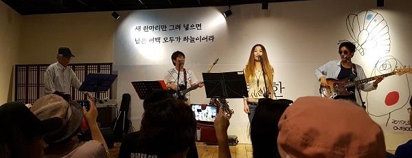 공연 작곡가 최종혁 씨(좌)와 보컬가수 공연이다.