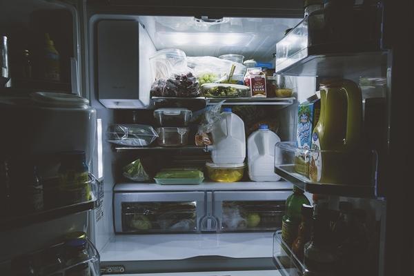 """남편은 냉장고에 있는 오래된 반찬을 버리면서 """"집에 먹을 것이 없다""""는 말을 하곤 했다. 그러니까 부엌일에 관련해서 나에게 잔소리를 했다."""