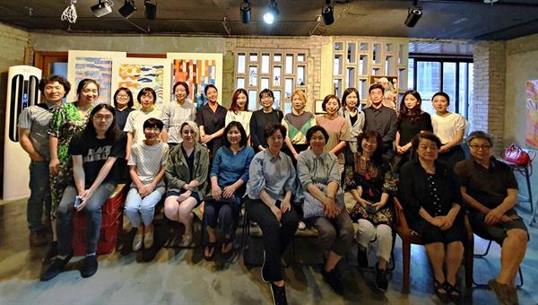 민화 만화경 프로젝트 마지막날인 6월 22일.  참여한 작가들과 함께 찍었다. 앞줄 왼쪽서 두 번째가 김이숙 기획자. 공유할 수 있는 빛나는 아이디어에 작가, 관객 그리고 관계자들이 모여 민화 만화경의 풍경을 만들었다.