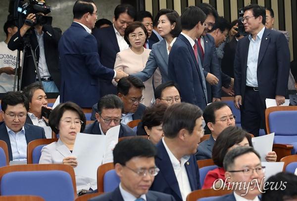 여야3당 원내대표가 국회 정상화에 최종 합의한 24일 오후 서울 여의도 국회에서 열린 자유한국당 의원총회에 나경원 원내대표가 참석하며 동료들과 악수를 나누고 있다.