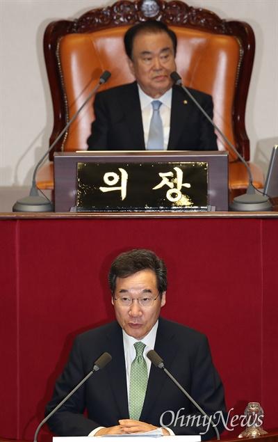 이낙연 국무총리가 24일 오후 서울 여의도 국회에서 열린 본회의에서 자유한국당 의원들의 불참한 가운데 2019년도 추가경정예산안에 대한 정부의 시정연설을 하고 있다. 이날 여야3당 원내대표가 국회 정상화에 합의했지만, 자유한국당은 이후 열린 의원총회에서 일부 의원들의 반대 의견으로 합의안 추인이 불발돼 본회의에 불참했다.