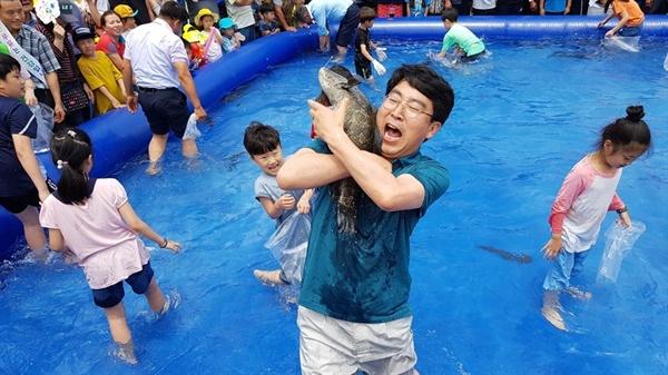 맹 시장은 시민과 다양한 소통을 하고 있다. (지난 22일 열린 팔봉산 감자축제에서 시민들과 물고기 잡기 이벤트를 하고 있는 맹 시장)