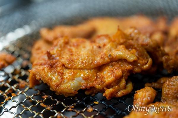 기왕 춘천에 갔다면 숯불구이 맛을 보는 것이 좋다. 소금, 간장, 고추장 취향대로 고를 수 있다.