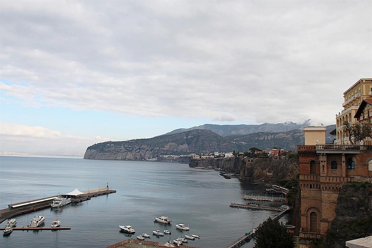 절벽 위에 호텔들과 별장들이 즐비한 소렌토 해안가 모습