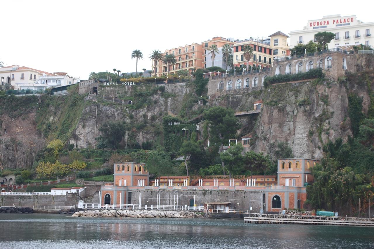 소렌토 해안가에서 본 절벽위 호텔과 별장, 화려하지 않고 자연 그대로의 모습