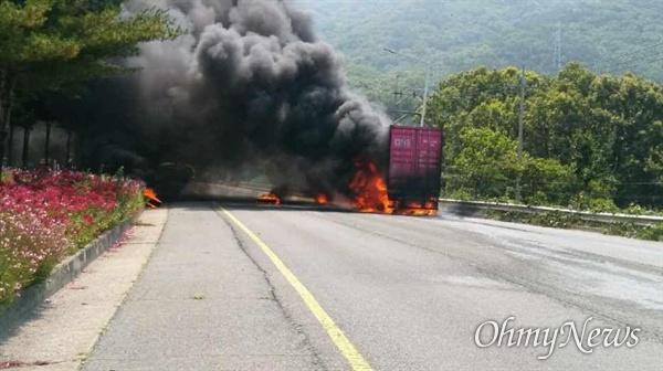 창원터널(장유 방향) 입구에서 차량 화재 발생.