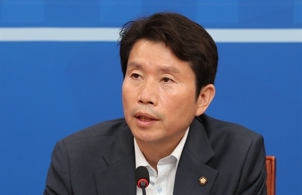 더불어민주당 이인영 원내대표가 25일 오전 국회에서 열린 원내대책회의에서 발언하고 있다.
