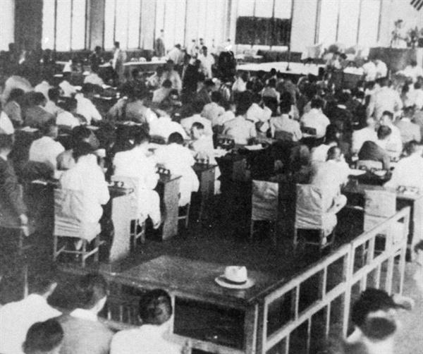 1950년 6월 19일 제2대 국회가 개원했다. 제2대 국회는 5월 30일 국민들의 직접 투표로 선출된 210명으로 구성되었으며, 국회의장에 신익희, 부의장에 장택상, 조봉암, 김동성이 선출되었다. 사진은 개원 6일 만에 6.25 전쟁을 맞은 제2대 국회의 피난시절 모습이다.