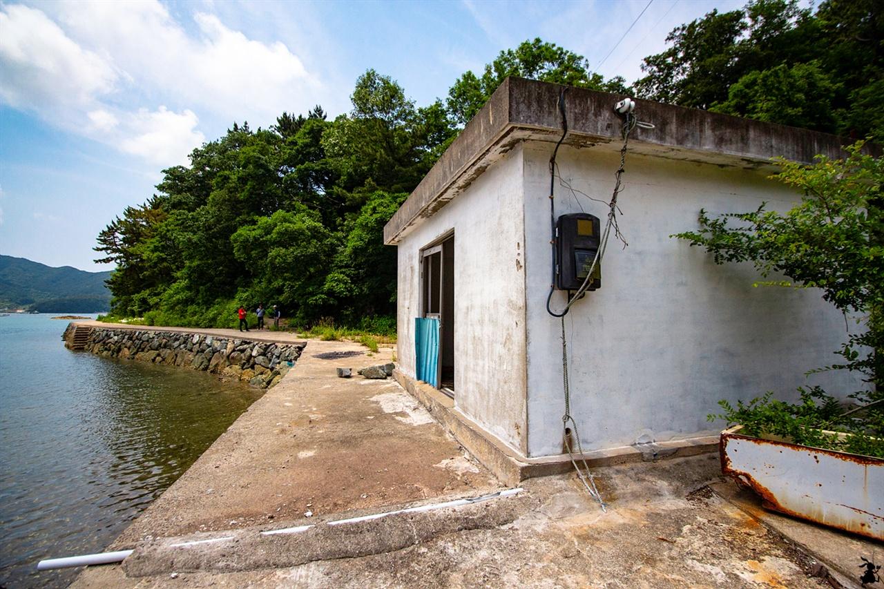 읍도의 담수화시설 읍도의 섬 주민들의 식수난 해소를 위해 지난 1996년 바닷물을 식수로 변환하는 시설인 담수화시설을 읍도에 건설했다.