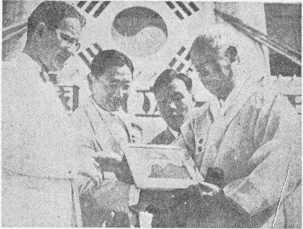김구 암살 2개월 전인 1949년 4월 20일 이승만 대통령에게 해리 트루먼 대통령의 사진을 증정하는 존 무초(왼쪽). 위키백과
