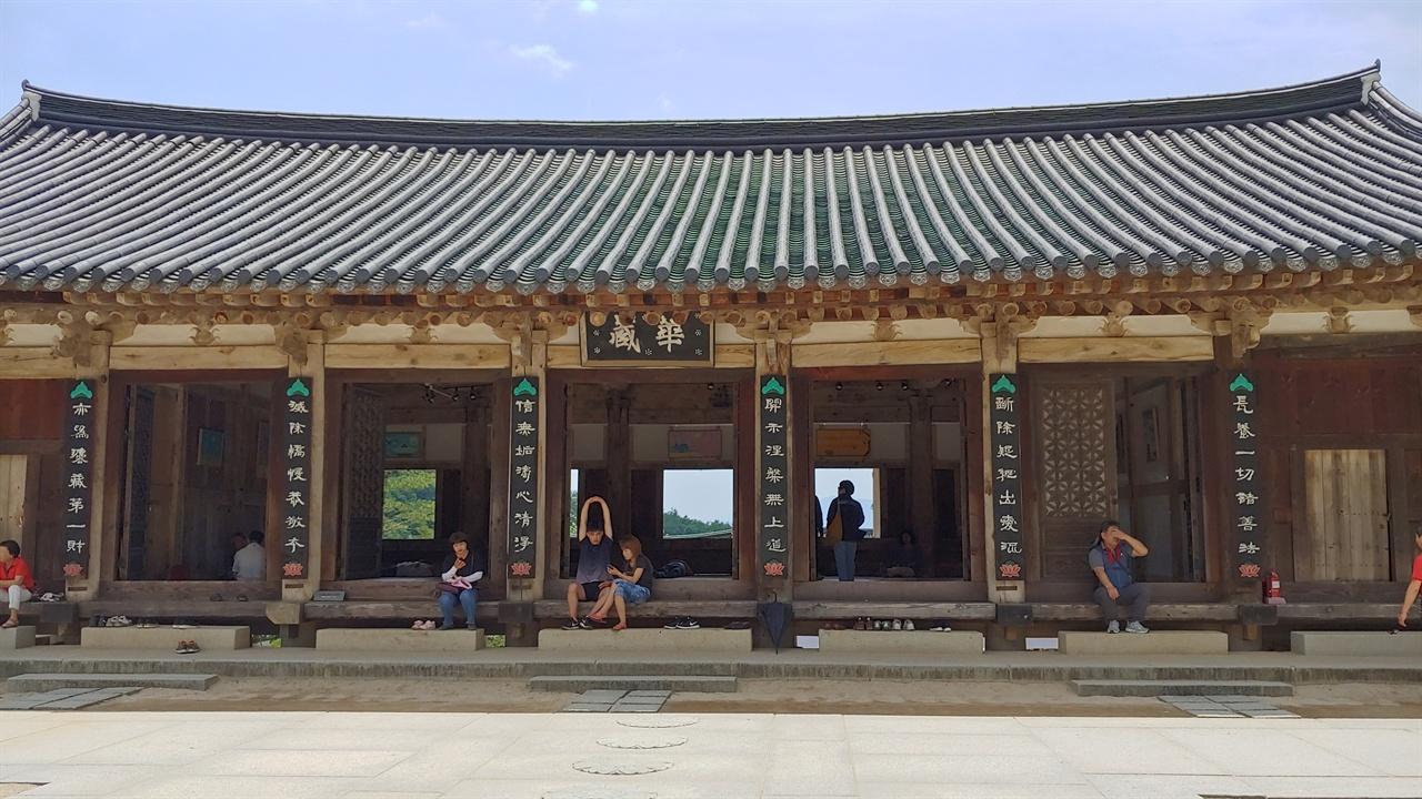 보제루(후) 전라남도 유형문화재 제49호로 1636년 건립되었다. 용도는 법요식 때 승려나 불교신도들의 집회를 목적으로 지어진 강당건물이다.
