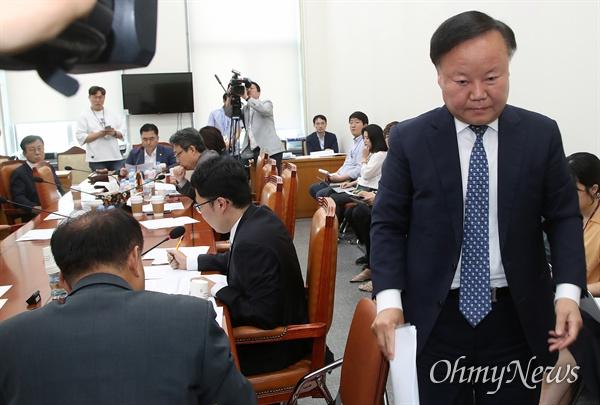 김재원 자유한국당 의원이 25일 오후 서울 여의도국회에서 열린 정치개혁 제1소위에 참석해 일방적인 회의 개의에 반대 의사를 전한 뒤 자리를 나서고 있다.