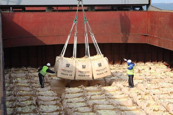 정부, WFP통해 국내산 쌀 5만t 북지원 2010년 군산항에서 북한 수재민에게 전달할 쌀을 배에 선적하고 있는 모습.