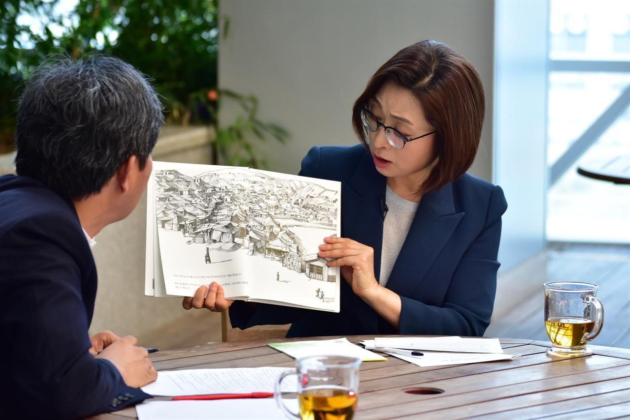 박승예, 김달 작가의 도서 '스무발자국'. 광주대단지 사건의 내용이 담긴 책을 들고 과거 성남의 이야기를 전하고 있는 은수미 성남시장
