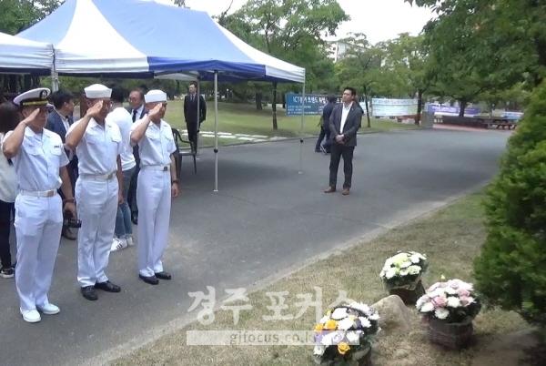 <figcaption>고 최종근하사의 해군 동료 병사들이 추모석에 헌화한 뒤 경례하고 있다.</figcaption>