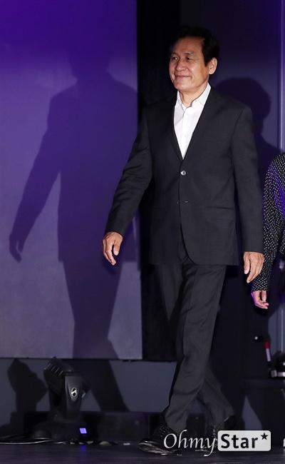 '사자' 안성기, 외출하기 힘들고 싶어요! 배우 안성기가 26일 오전 서울 롯데시네마건대입구에서 열린 영화 <사자> 제작보고회에서 입장하고 있다. <사자>는 격투기 챔피언이 구마 사제를 만나 세상을 혼란에 빠뜨린 강력한 악에 맞서는 이야기를 담은 작품이다. 7월 31일 개봉.
