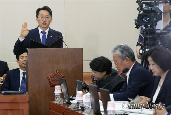 김현준 국세청장 후보자가 26일 오전 서울 여의도 국회 기획재정위원회 인사청문회에 참석해 선서를 하고 있다.