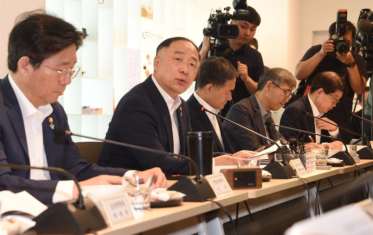 홍남기 부총리 겸 기획재정부 장관이 6월 26일 한국관광공사 서울센터에서 열린 '제18차 경제활력대책회의'를 주재, 모두발언을 하고 있다.