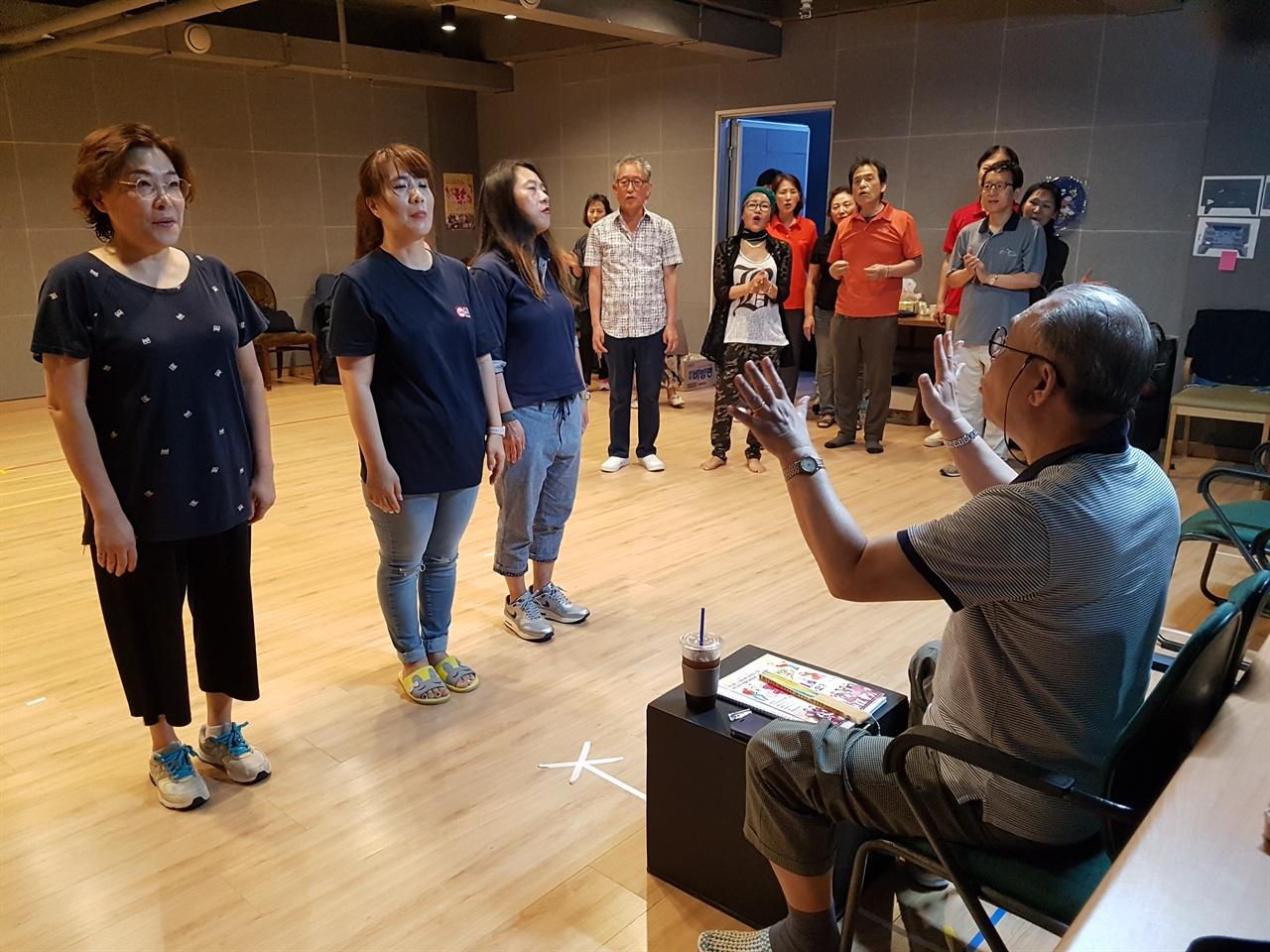 가요극 <꽃순이를 아시나요?> 연습 장면. 배우들에게 연기 지도를 하는 연출가 복진오 씨(오른쪽).