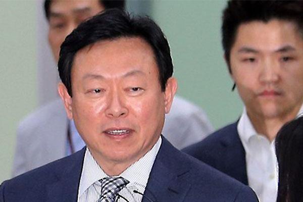 신동빈 회장이 26일 일본 롯데 홀딩스 이사로 재선임됐다.