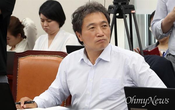 이학재 자유한국당 의원이 26일 오후 서울 여의도 국회에서 열린 교육위원회 전체회의에 참석해 전북교육청의 상산고 자율형사립고(자사고) 지정취소가 적절했는지를 질의하고 있다.