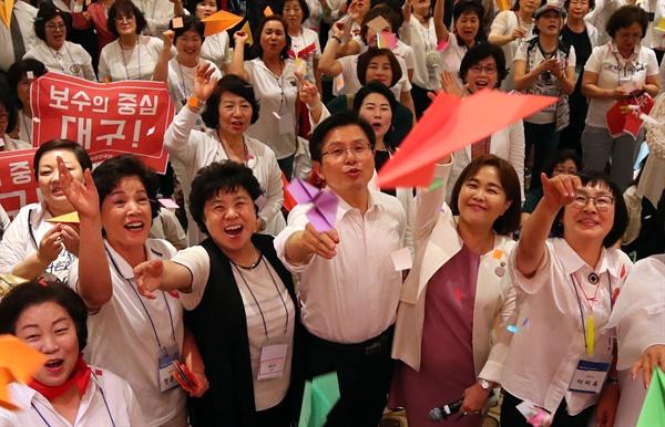 자유한국당의 우먼페스타 자유한국당 황교안 대표가 26일 서울 서초구 더케이호텔서울에서 열린 한국당 우먼 페스타에서 참석자들과 희망의 종이비행기를 날리고 있다