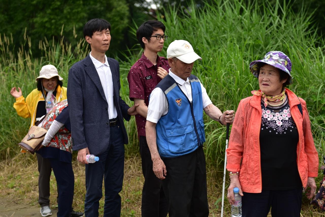 소리에 집중하는 참가자들 .