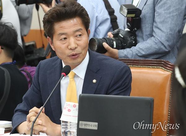 여영국 정의당 의원이 26일 오후 서울 여의도 국회에서 열린 교육위원회 전체회의에 참석해 자율형사립고(자사고) 지정 취소를 촉구하고 있다.