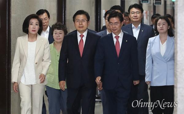 자유한국당 황교안 대표와 나경원 원내대표 등 지도부들이 27일 오전 서울 여의도 국회에서 열린 최고위원회의에 참석하고 있다.