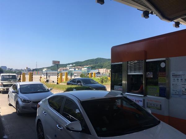 서울톨게이트에 차가 속속 들어오고 있다. 요금 수납원들은 이곳에서 하루에 평균 1300대의 차량을 만난다.