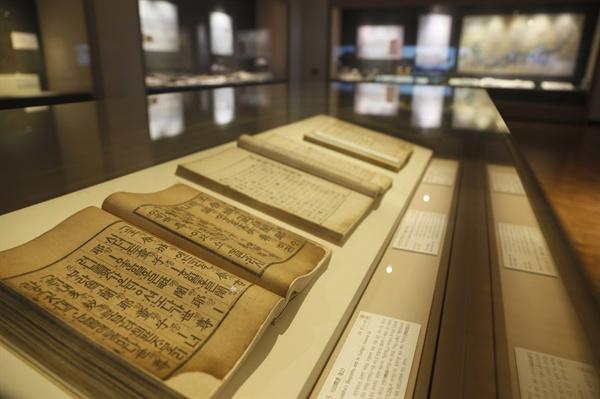 국립나주박물관의 '길이길이 흥할 땅-장흥' 특별전. 장흥 보림사에서 보관하고 있는 월인석보 등 많은 유물이 전시되고 있다.