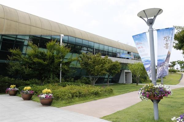 '길이길이 흥할 땅-장흥' 특별전이 열리고 있는 국립나주박물관. 특별전을 알리는 펼침막이 군데군데 걸려 있다.
