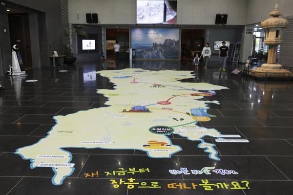 국립나주박물관 특별전시실 입구. 바닥에 '정남진' 장흥의 지도를 그려 놓았다.