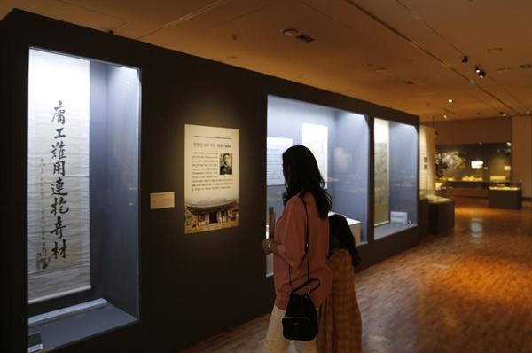 '길이길이 흥할 땅-장흥' 특별전을 찾은 관람객이 안중근 의사의 유묵을 보고 있다. 지난 6월 23일이다.