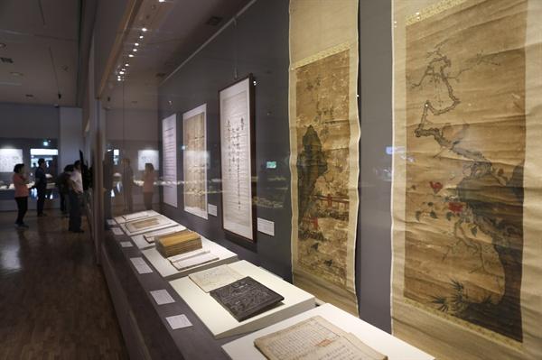 국립나주박물관을 찾은 관람객들이 '길이길이 흥할 땅-장흥' 특별전을 관람하고 있다. 지난 6월 23일이다.