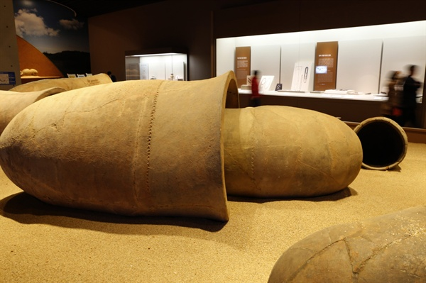 국립나주박물관 상설전시실에서 만나는 옹관. 나주박물관은 영산강유역의 선사와 역사시대 문화를 전시하고 있다.