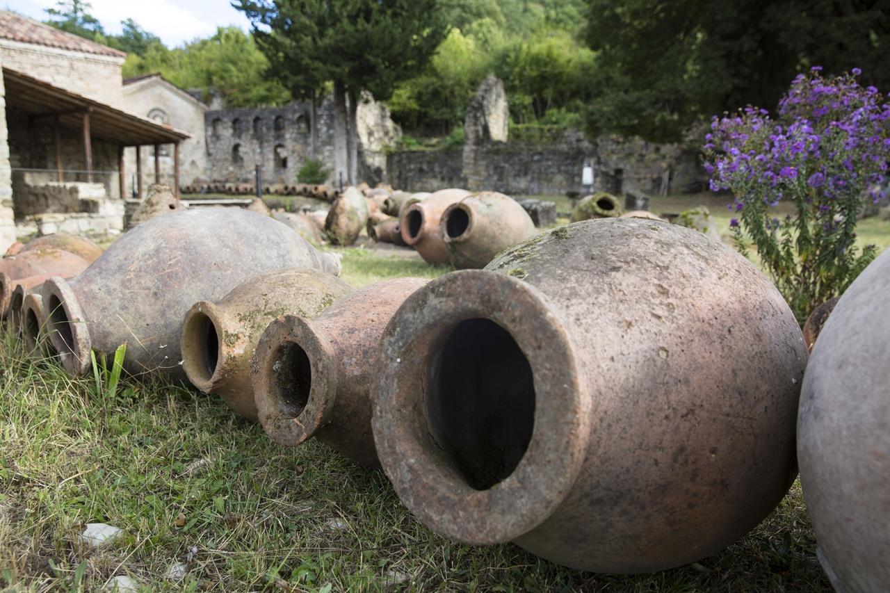 조지아 이칼토 수도원의 크베브리    조지아에서는 점토로 빚은 항아리인 크베브리를 이용한 전통 양조법으로 일명 '크베브리 와인'을 만들어왔다.