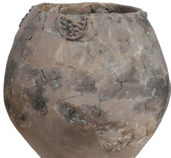 기원전 6000년전에 제작된 크베브리     조지아 신석기 시대 유적지인 슐라베리산에서 발견된 기원전 6000년전에 제작된 크베브리. 현존하는 최고의 크베브리이다.