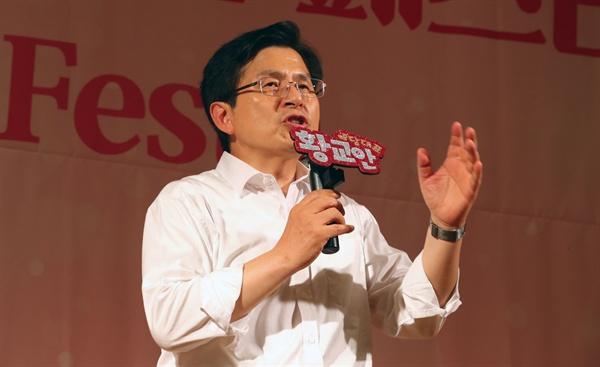 인사말하는 황교안 대표  자유한국당 황교안 대표가 26일 서울 서초구 더케이호텔서울에서 열린 한국당 우먼 페스타에서 인사말을 하고 있다