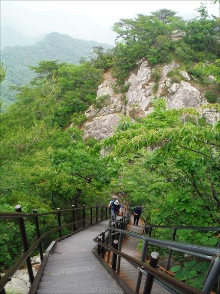 삼불봉(775m) 정상으로 오르는 계단에서.