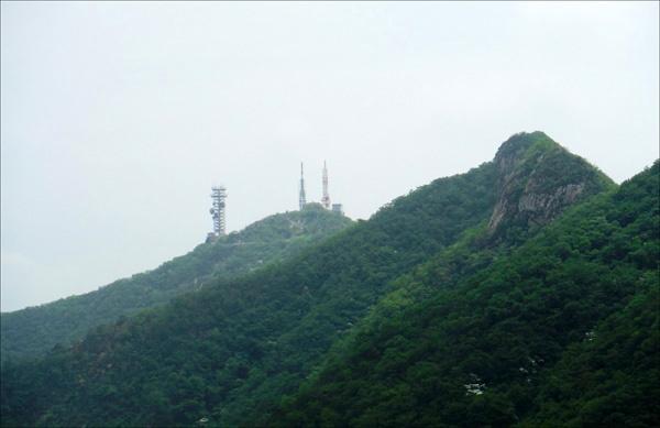 계룡산 주봉, 천황봉. 군사시설 보호구역으로 일반인의 출입이 금지되어 있다.