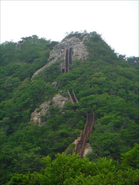 관음봉(766m) 정상으로 이어지는 기다란 계단이 또 하나의 풍경이 되고.