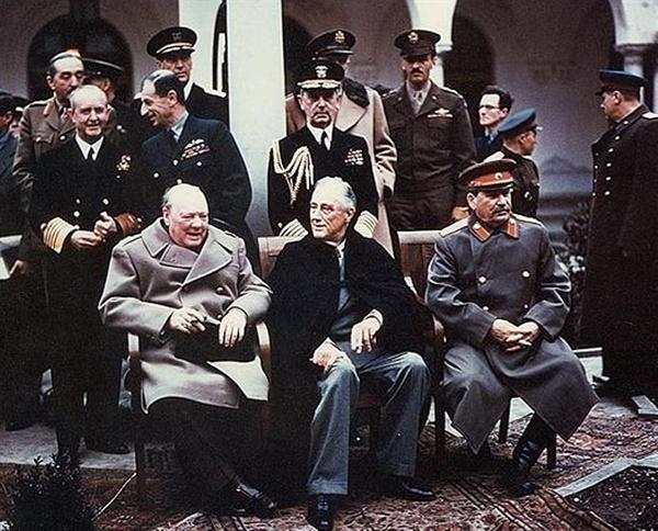1945년2월 얄타회담의 3국 정상 종전 후 국제질서를 획정한 얄타회담에서 한반도에 대한 논의는 전혀 없었다.