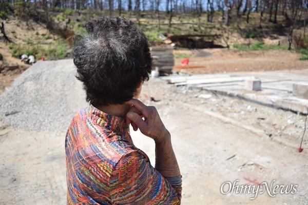 고성 산불로 집이 다 불에 탄 변(76, 여)씨 할머니.