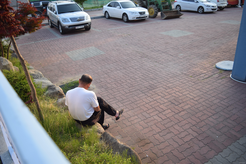 고성 산불 이재민 지(63)씨가 천진초 대피소 뒤편에 홀로 앉아 있다.