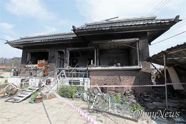지난 6월 26일 다시 찾은 고성 화재 현장의 모습. 천진초 이재민들은 이제 대피소가 아닌 7평 짜리 컨테이너 집에서 생활하고 있었다. ⓒ 한승호