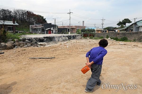지난 6월 26일 다시 찾은 고성 화재 현장의 모습. 천진초 이재민들은 이제 대피소가 아닌 7평 짜리 컨테이너 집에서 생활하고 있었다.