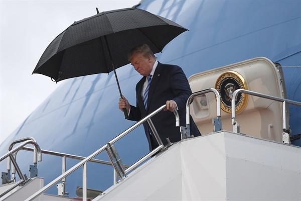(오사카 AP=연합뉴스) 도널드 트럼프 미국 대통령이 주요 20개국(G20) 정상회의에 참석하기 위해 27일 일본 오사카 국제공항에 도착, 전용기 에어포스원에서 내리고 있다.